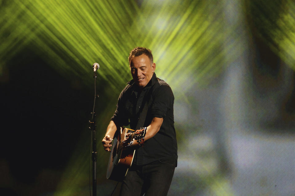 "Bruce Springsteen toca en la ceremonia de clausura de los Juegos Invictus en Toronto, el 30 de septiembre de 2017. El más reciente álbum de Springsteen, ""Letter To You"", salió el 23 de octubre del 2020. (Nathan Denette/The Canadian Press vía AP, archivo)"