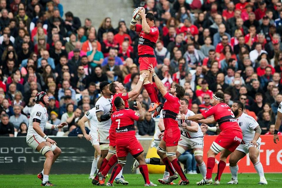 Toulon's No. 8 Chris Masoe grabs the ball in a line-out during their French Top 14 rugby union match against Toulouse, at the Velodrome stadium in Marseille, south-eastern France, on March 28, 2015 (AFP Photo/Bertrand Langlois)