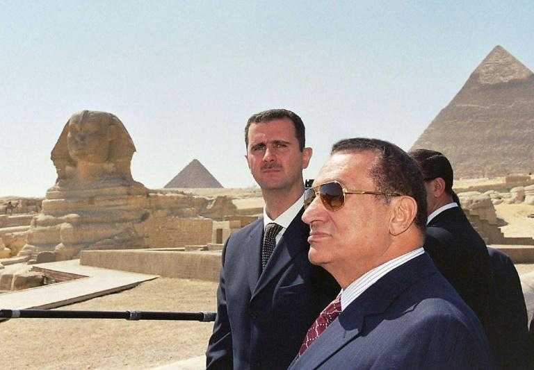 Mubarak with his Syrian counterpart Bashar al-Assad (L) at the pyramids in Giza in 2002 (AFP Photo/-)