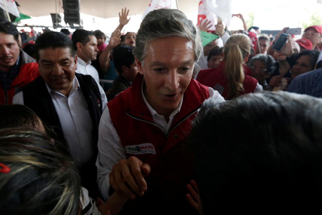 Alfredo del Mazo of Institutional Revolutionary Party (PRI), candidate for governor of the State of Mexico, greets to the audience during his electoral campaign in Ecatepec in State of Mexico, Mexico May 18, 2017. Picture taken on May 18, 2017.  REUTERS/Carlos Jasso