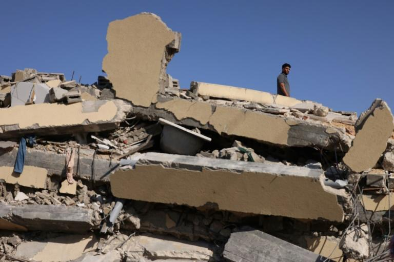 Thousands of displaced Palestinians returned to their homes as international focus turned to the reconstruction of the bomb-shattered Gaza Strip