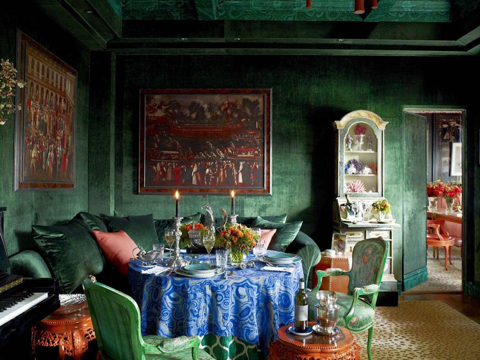 """<p>Walls covered in a luxurious emerald green velvet shimmer by candlelight in this Manhattan drawing room artfully designed by <a href=""""http://huttonwilkinson.com/"""" rel=""""nofollow noopener"""" target=""""_blank"""" data-ylk=""""slk:Hutton Wilkinson"""" class=""""link rapid-noclick-resp"""">Hutton Wilkinson</a>. </p>"""