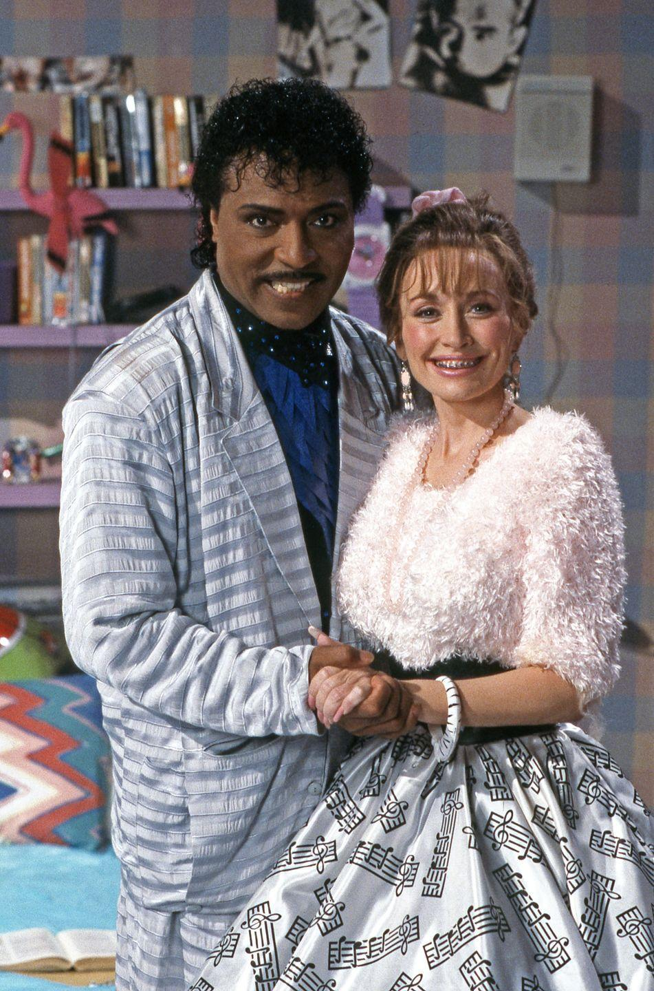 <p>The glamorous songstress looks almost unrecognizable in a brown wig and faux-braces during a sketch for <em>Dolly! </em>with Little Richard.</p>