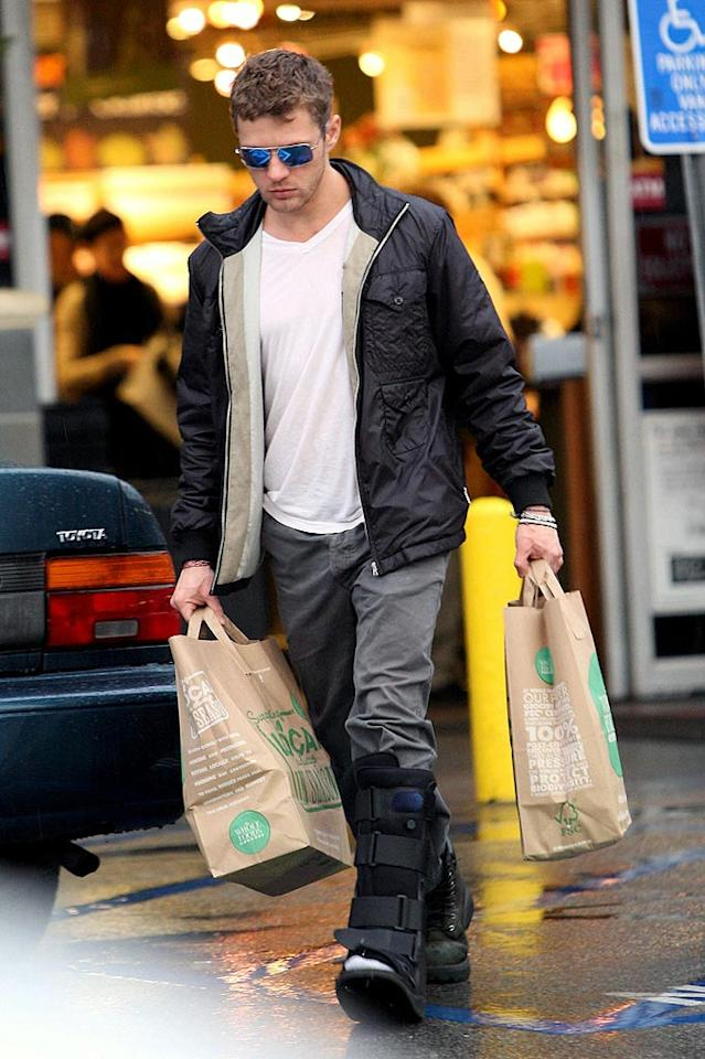 "Ryan Phillippe didn't let an injured left foot stop him from picking up his own groceries at Whole Foods in LA. Jeff Steinberg/<a href=""http://www.pacificcoastnews.com/"" target=""new"">PacificCoastNews.com</a> - January 1, 2010"