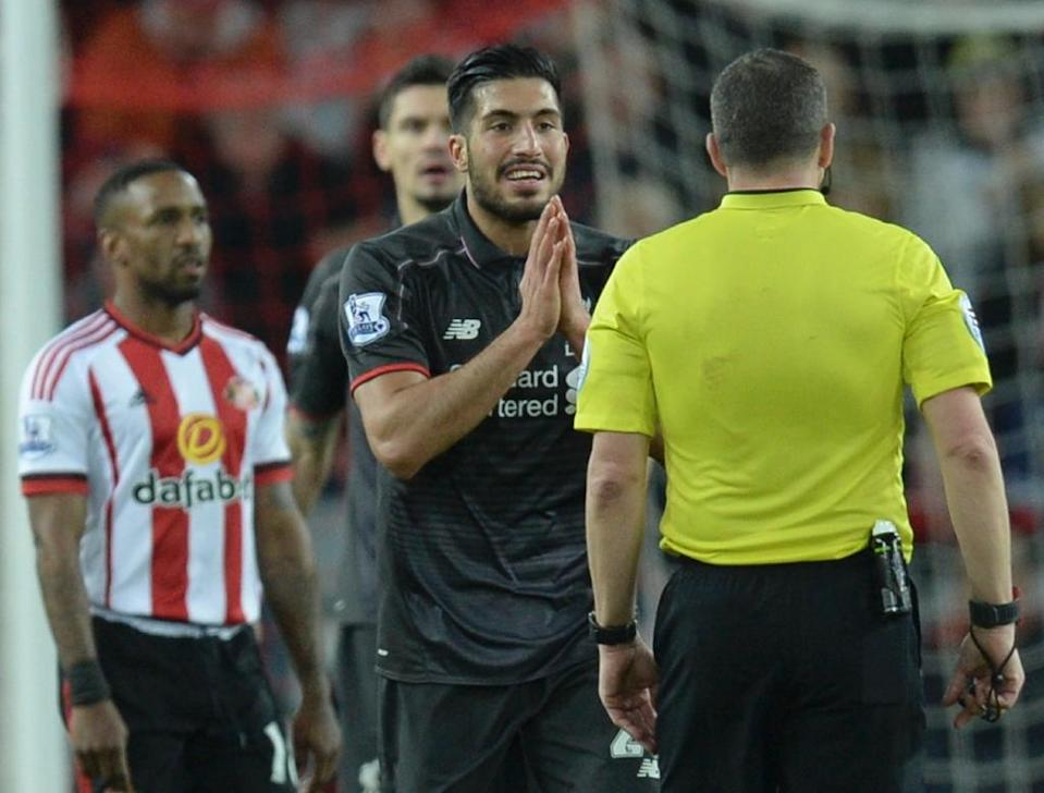 Liverpool's midfielder Emre Can (C) gestures to referee Kevin Friend after a foul for which the referee showed a yellow card at the Stadium of Light in Sunderland, England on December 30, 2015 (AFP Photo/Oli Scarff )