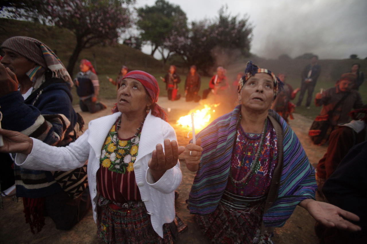 Mayan priests and priestesses make a pledge to the gods as they gather during a ceremony to commemorate 15 years of the signing of Guatemala's 1996 peace accords at the Kaminaljuyu archaeological site in Guatemala City December 29, 2011. In Guatemala, wounds from the 36-year long civil war still fester and slow progress has been made implementing the peace accords. Rising violence has now brought hardline conservative and retired army general Otto Perez to power for the first time since democracy was returned in 1986, despite concerns about the army's role in the conflict. REUTERS/William Gularte (GUATEMALA - Tags: POLITICS RELIGION ANNIVERSARY)