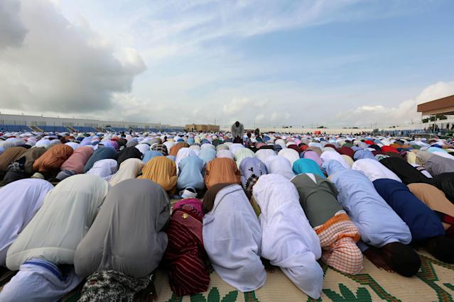 <p>People pray to mark Kurban-Ait, also known as Eid al-Adha in Arabic, at the university stadium in Hodan District of Mogadishu, Somalia, Sept. 1, 2017. (Photo: Feisal Omar/Reuters) </p>
