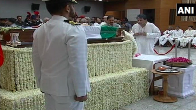<p>The commerce and industry minister Suresh Prabhu extending tributes to Vajpayee at the BJP headquarters. </p>
