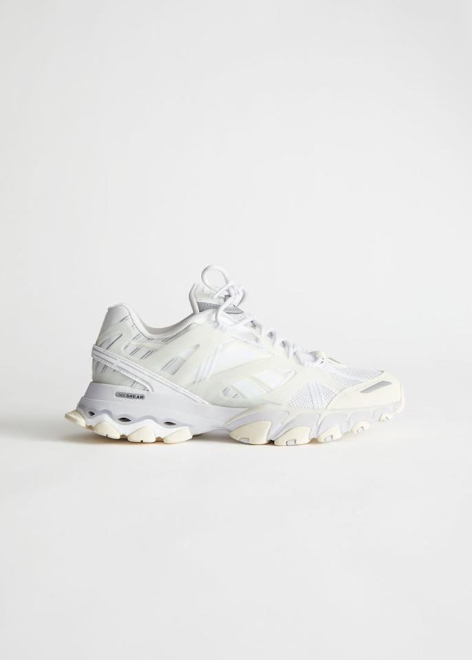 "<p>Prix : 179 € sur and Other Stories</p><br/><a target=""_blank"" href=""https://www.stories.com/en_eur/shoes/sneakers/rebook/product.reebok-dmx-trail-shadow-white.0834850002.html"">Acheter</a>"