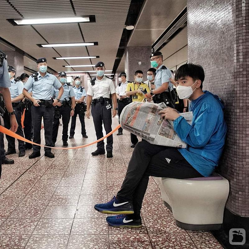 Apple Daily's chief reporter posted a photograph of the incident on Twitter (Twitter/@lwcalex)