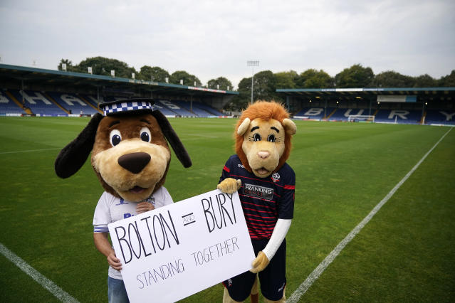 Las mascotas del Bolton Wanderers y Bury Football Club. (Photo by Christopher Furlong/Getty Images)