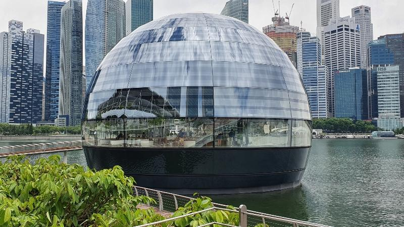 The glass dome Apple store at Marina Bay Sands. Image: Coconuts Singapore