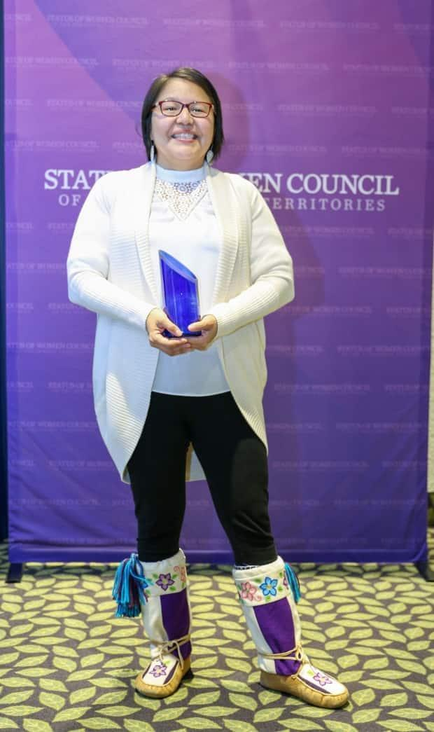 Doreen Arrowmaker accepts her Wise Woman Award for her contributions to the Tłı̨chǫ region. (Submitted by Status of Women Council of the NWT. - image credit)