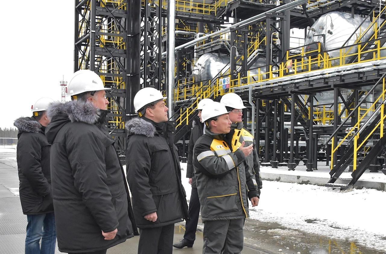 Russian Prime Minister Dmitry Medvedev (C) and Rosneft Chief Executive Igor Sechin (L) inspect production facilities at the Kondinsky group of oil fields in Khanty-Mansi Autonomous District - Yugra, Russia November 21, 2017. Sputnik/Alexander Astafyev/Pool via REUTERS  ATTENTION EDITORS - THIS IMAGE WAS PROVIDED BY A THIRD PARTY.