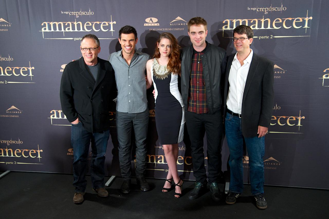 "MADRID, SPAIN - NOVEMBER 15:  (L-R) Director Bill Condon, actors Taylor Lautner, Kristen Stewart, Robert Pattinson and producer Wyck Godfrey attend the ""The Twilight Saga: Breaking Dawn - Part 2"" (La Saga Crepusculo: Amanecer Parte 2) photocall at the Villamagna Hotel on November 15, 2012 in Madrid, Spain.  (Photo by Carlos Alvarez/Getty Images)"