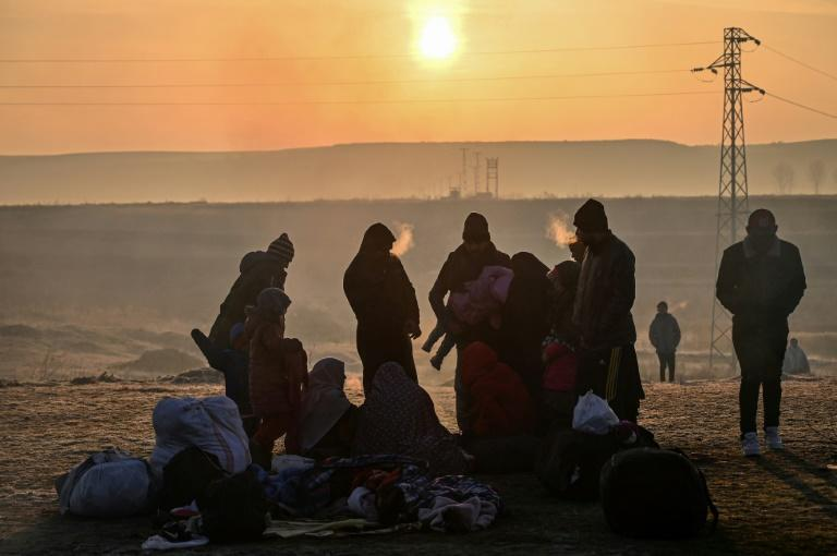 Migrants waited near the Meritsa river, near Edirne, Turkey, to take a boat to attempt to enter Greece (AFP Photo/Ozan KOSE)