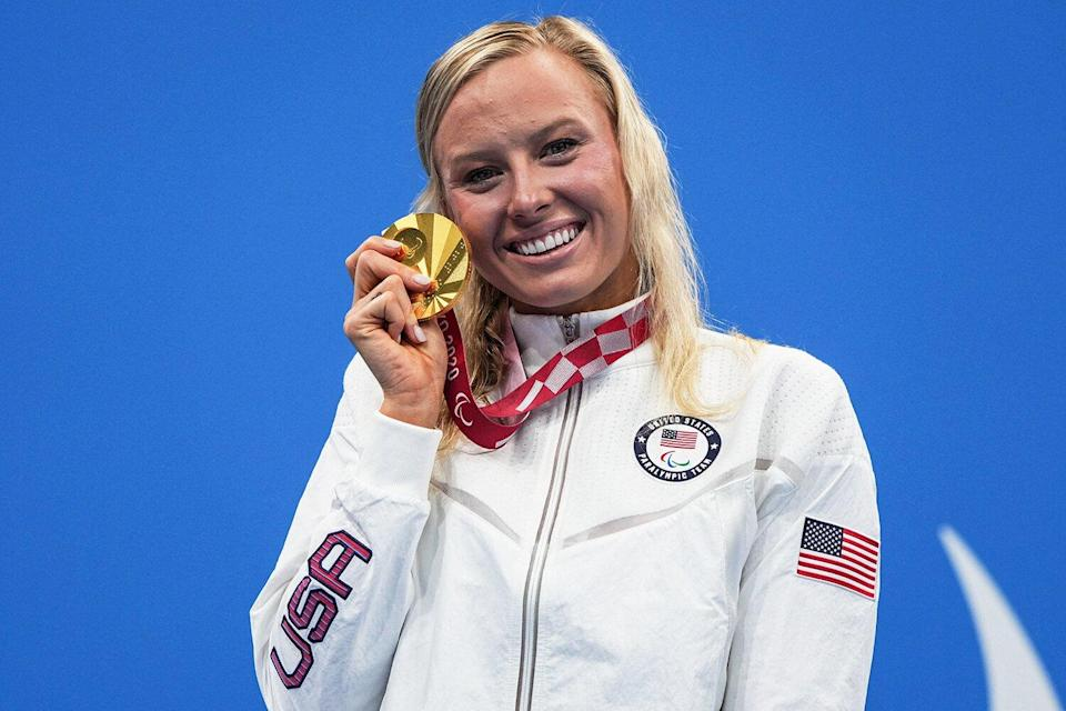 Gold medallist USA's Jessica Long poses during the victory ceremony of the women's 200m individual medley (SM8) swimming event during the Tokyo 2020 Paralympic Games at the Tokyo Aquatics Centre in Tokyo on August 28, 2021.