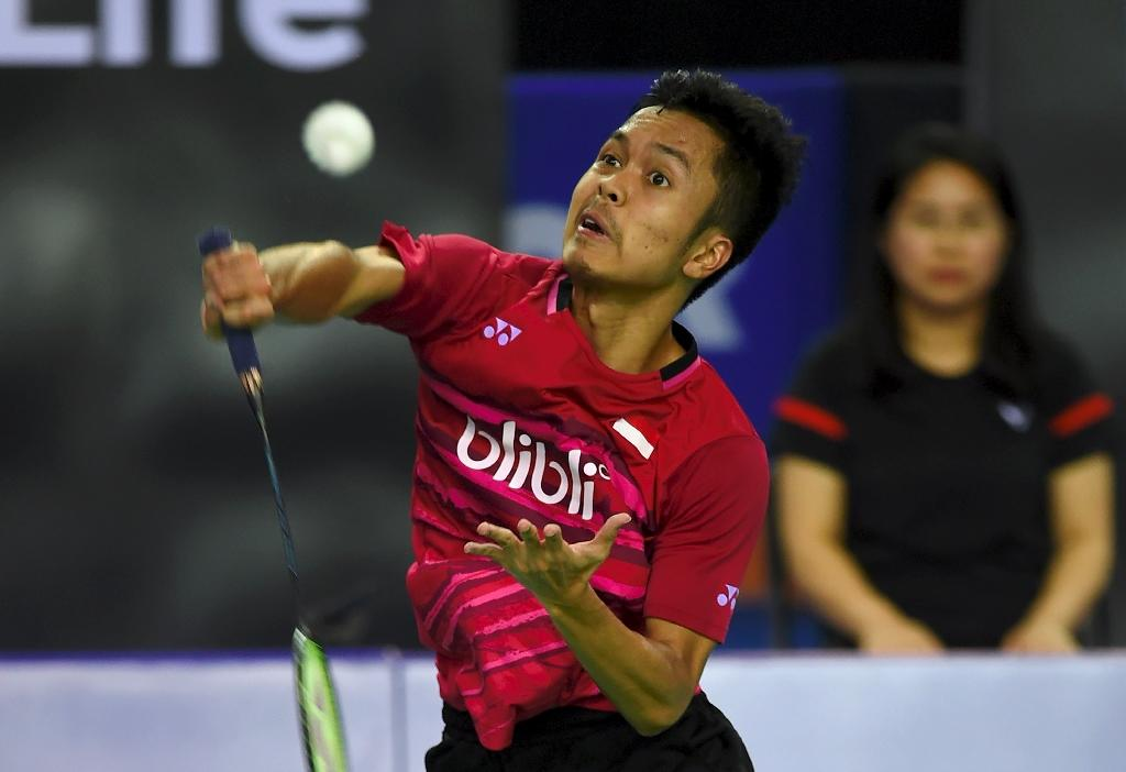 Indonesia's Anthony Sinisuka Ginting returns a shot to compatriot Jonatan Christie during their Korea Open Badminton Superseries final match, in Seoul, on September 17, 2017 (AFP Photo/JUNG Yeon-Je)