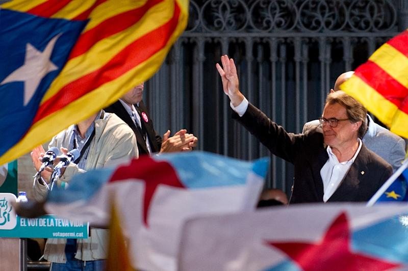Catalonia's regional government president and leader of the Catalan Democratic Convergence Artur Mas celebrates following the results of the regional election on September 27, 2015 in Barcelona, Spain (AFP Photo/Jorge Guerrero)