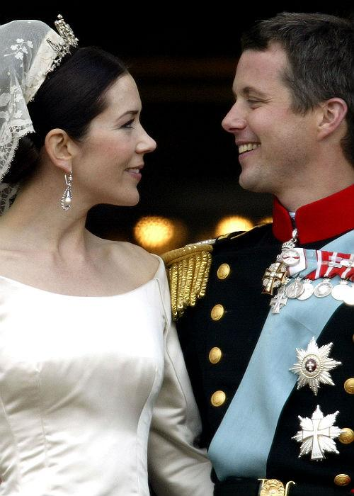<b>3. Prince Frederik And Mary Donaldson:</b><br> Crown Princess Mary and Crown Prince Frederik of Denmark kiss as the  Royal couple appear on the balcony of Christian VII's Palace after their  wedding on May 14, 2004 in Copenhagen, Denmark.