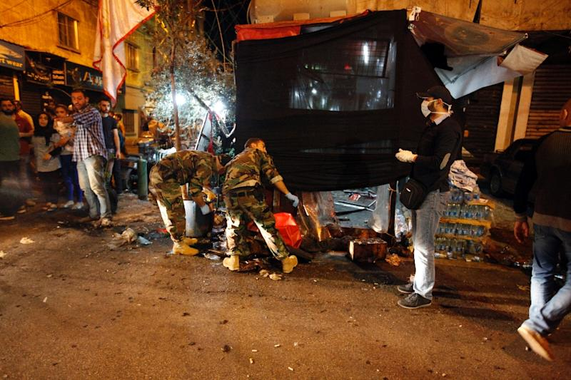 Lebanese army forensics personnel gather evidence at the site of a twin suicide bombing in Beirut on November 12, 2015, for which the Islamic State jihadist group has claimed responsibility (AFP Photo/Izzat Attar)