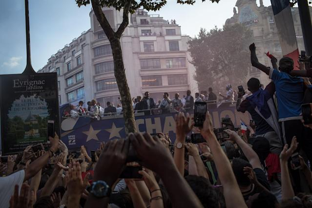 PIL08. Paris (France), 16/07/2018.- French supporters take photos and greet the France's national soccer team players as they stand on the rooftop of a bus during a parade down the Champs-Elysee avenue in Paris, France, 16 July 2018. France won 4-2 the FIFA World Cup 2018 final against Croatia in Moscow, on 15 July. (Croacia, Mundial de Fútbol, Moscú, Francia) EFE/EPA/ROMAN PILIPEY