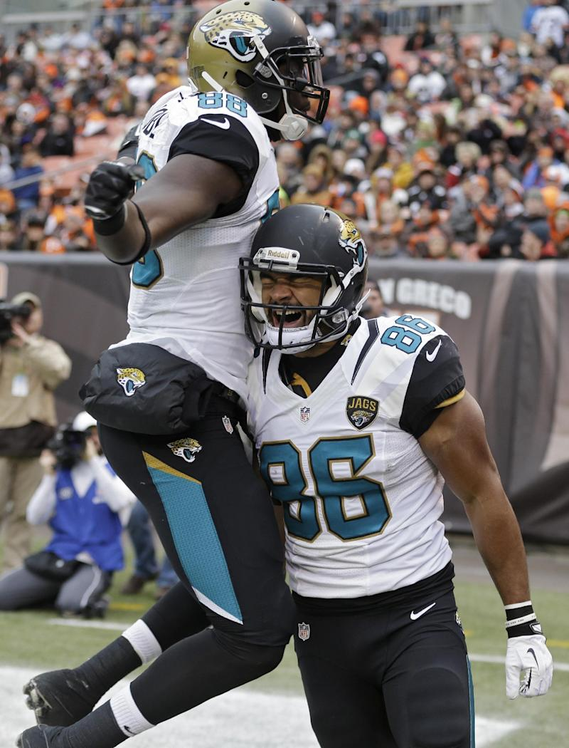Shorts catches late TD to give Jaguars 32-28 win