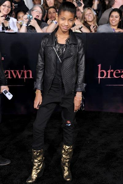 Verzichtete auf ein Kleid, kam dafür im Dark-Look in schwarzer Hose und Lederjacke samt güldenen Keilstiefeln: Willow Smith (Bild: Getty Images)