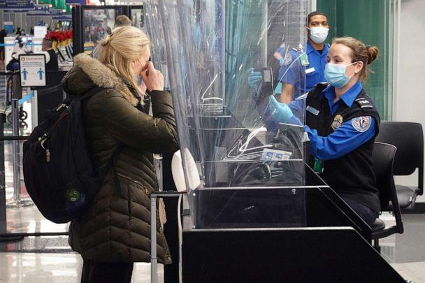 PHOTO: Travelers check in with TSA at O'Hare International Airport, Nov. 25, 2020, in Chicago.  (Scott Olson/Getty Images)