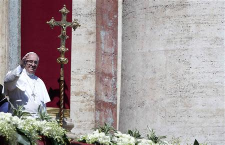 Pope Francis waves as he arrives to deliver the Urbi et Orbi (to the city and the world) benediction at the end of the Easter Mass in Saint Peter's Square at the Vatican April 20, 2014. REUTERS/Alessandro Bianchi