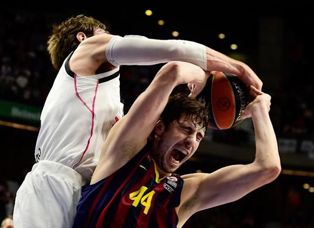 Real Madrid's Italian forward Andres Nocioni (L) vies with Barcelona's Croatian centre Ante Tomic during their Euroleague basketball Top 16 round 6 match in Madrid (AFP Photo/Dani Pozo)