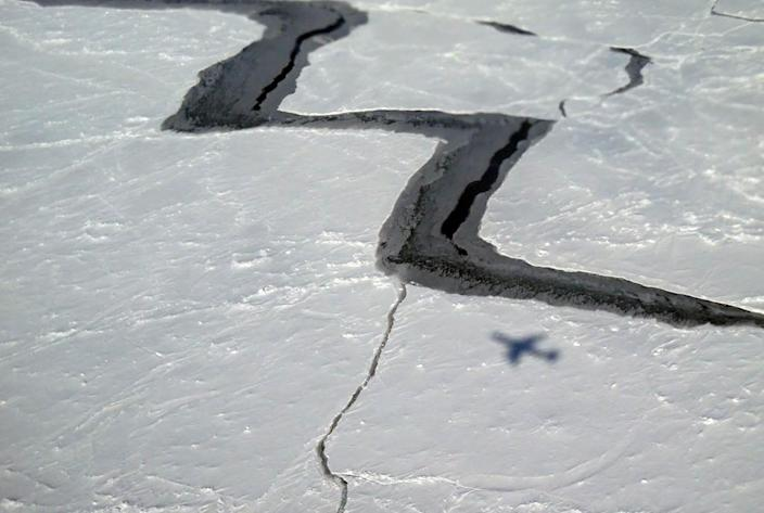 This October 27, 2014 photo provided by NASA shows the shadow of NASA''s DC-8 on Antarctic sea ice (AFP Photo/)