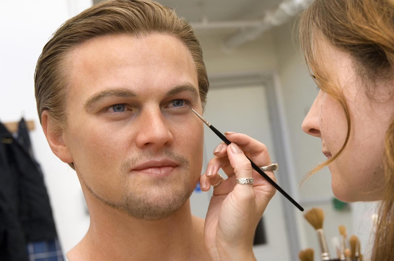 A sculptor puts the finishing touches to a Madame Tussauds wax figure of actor Leonardo DiCaprio, in the Madame Tussauds studio in London, in this undated handout photograph made available on August, 10, 2007.  The figure will go on display to the public on August 16.     REUTERS/Madame Tussauds/Handout