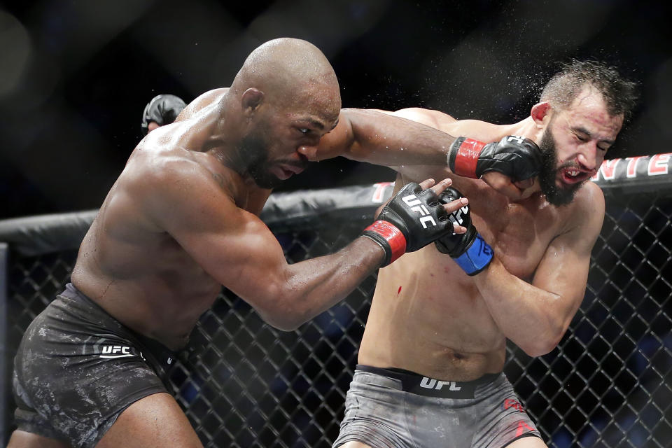 Would real-time scoring have influenced strategy during UFC 247's hotly contested light heavyweight championship? (AP Photo/Michael Wyke)