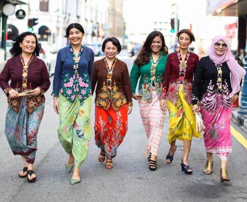 Elida (second from left) with her fabulous friends in their colourful kebayas. – Picture from twitter/mokciknab
