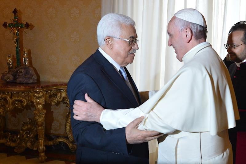 Pope Francis welcomes Palestinian authority President Mahmud Abbas during a private audience at the Vatican on May 16, 2015 (AFP Photo/Alberto Pizzoli)