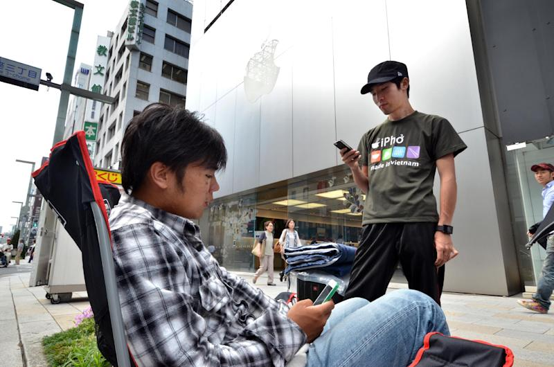 Apple gadget fans queue outside of an Apple store for the iPhone 6's release in Tokyo, on September 10, 2014 (AFP Photo/Yoshikazu Tsuno)