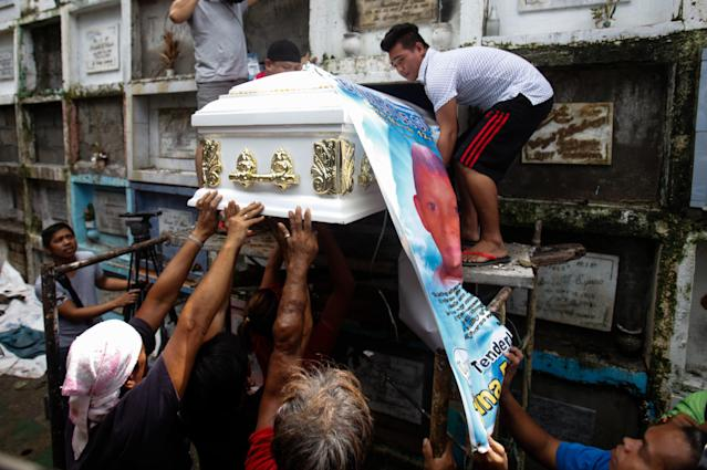 The body of slain teenager Reynaldo De Guzman is laid to rest at a cemetery during funeral rites in suburban Pasig City, east of Manila. (NurPhoto via Getty Images)
