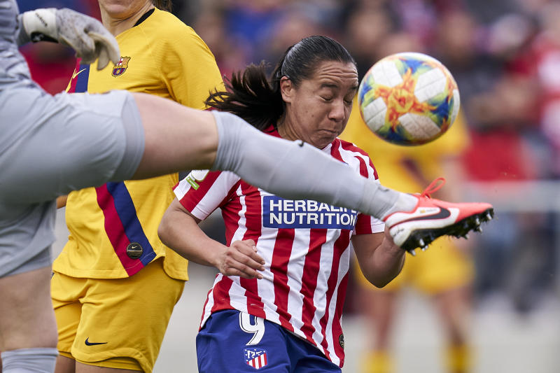 MADRID, SPAIN - JANUARY 25: Charlyn Corral of Atletico de Madrid battle for the ball with Sandra Paños of FC Barcelona during the Spanish women's league, Liga Iberdrola between Atletico De Madrid v FC Barcelona at Centro Deportivo Wanda Alcala de Henares on January 25, 2020 in Madrid, Spain. (Photo by Quality Sport Images/Getty Images)