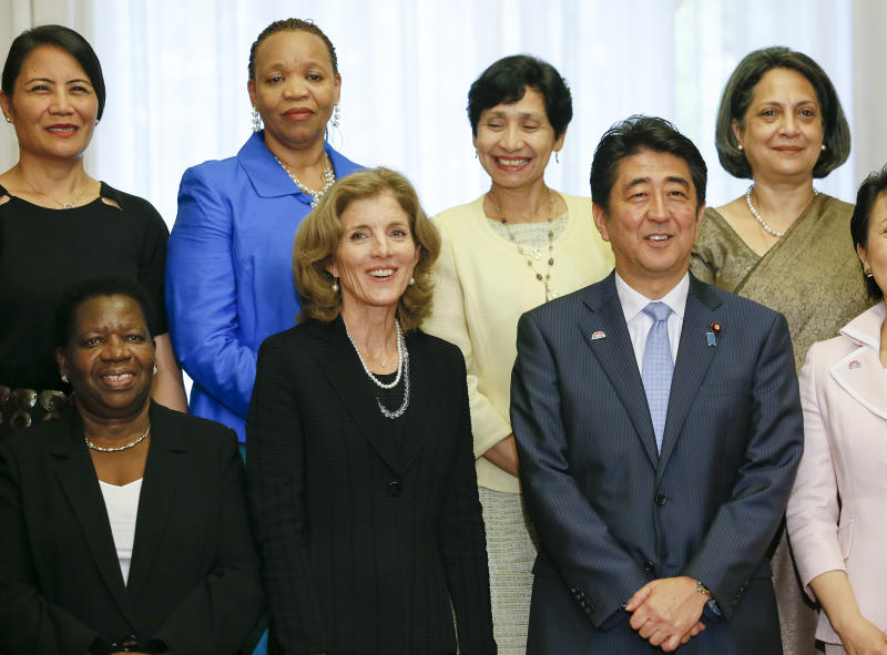 Japanese Prime Minister Shinzo Abe (2nd R) with US Ambassador to Japan, Caroline Kennedy, (4th L), and Japan's equality minister in Tokyo, September 10, 2014 (AFP Photo/Kimimasa Mayama)
