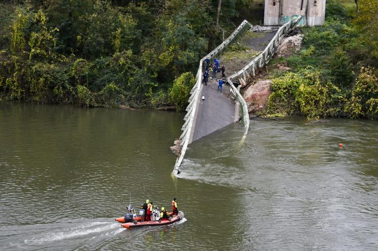 Two people were killed when a suspension bridge collapsed in Mirepoix-sur-Tarn, near Toulouse, in southwest France on Monday. (AFP Photo/ERIC CABANIS)