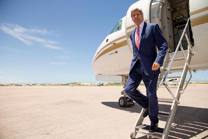 US Secretary of State John Kerry disembarks from his plane as he arrives at the airport in Mogadishu on May 5, 2015 (AFP Photo/Andrew Harnik)