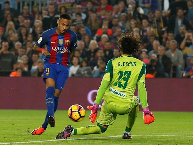 Football Soccer - Barcelona v Granada - Spanish La Liga Santander - Camp Nou stadium, Barcelona, Spain - 29/10/16. Barcelona's Neymar and Granada's goalkeeper Guillermo Ochoa in action. REUTERS/Albert Gea