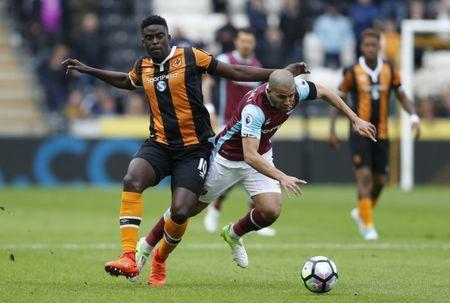 Britain Soccer Football - Hull City v West Ham United - Premier League - The Kingston Communications Stadium - 1/4/17 Hull City's Alfred N'Diaye in action with West Ham United's Sofiane Feghouli Action Images via Reuters / Ed Sykes Livepic