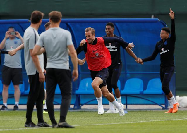 Soccer Football - World Cup - England Training - England Training Camp, Saint Petersburg, Russia - June 17, 2018 England's Harry Kane with Jesse Lingard and team mates as England manager Gareth Southgate looks on during training REUTERS/Lee Smith
