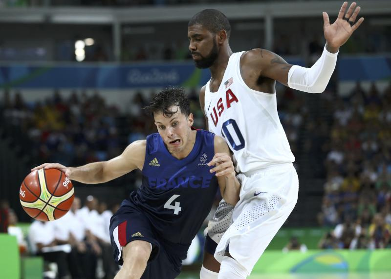 2016 Rio Olympics - Basketball - Preliminary - Men's Preliminary Round Group A USA v France - Carioca Arena 1 - Rio de Janeiro, Brazil - 14/08/2016. Thomas Heurtel (FRA) of France drives around Kyrie Irving (USA) of the USA. REUTERS/Antonio Bronic FOR EDITORIAL USE ONLY. NOT FOR SALE FOR MARKETING OR ADVERTISING CAMPAIGNS.