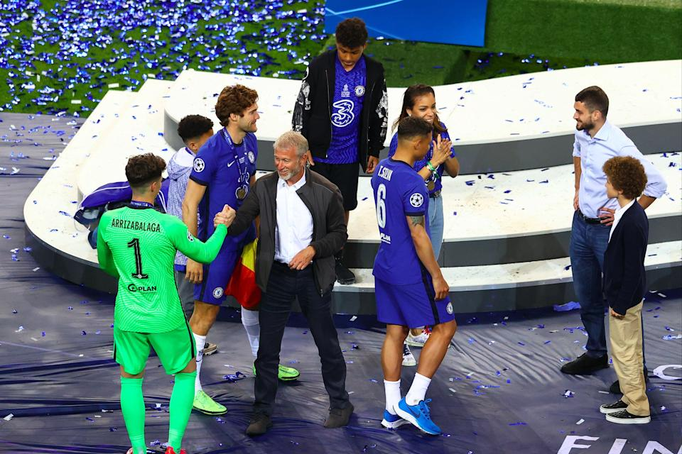 Roman Abramovich celebrates with Chelsea players (Getty Images)