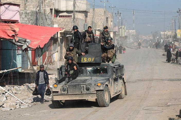 Iraqi special forces patrol the Al-Quds neighbourhood of Mosul after recapturing it from Islamic State (IS) group jihadists on January 3, 2017, during an ongoing operation to retake the city (AFP Photo/Ahmad AL-RUBAYE)