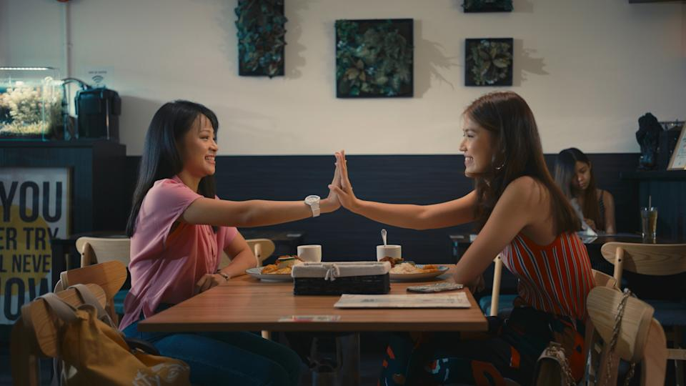 Xuan Ong (left) as Mui Ee and Chen Yixin as Sissy Song in Teenage Textbook: The Series. (Photo: Mediacorp)