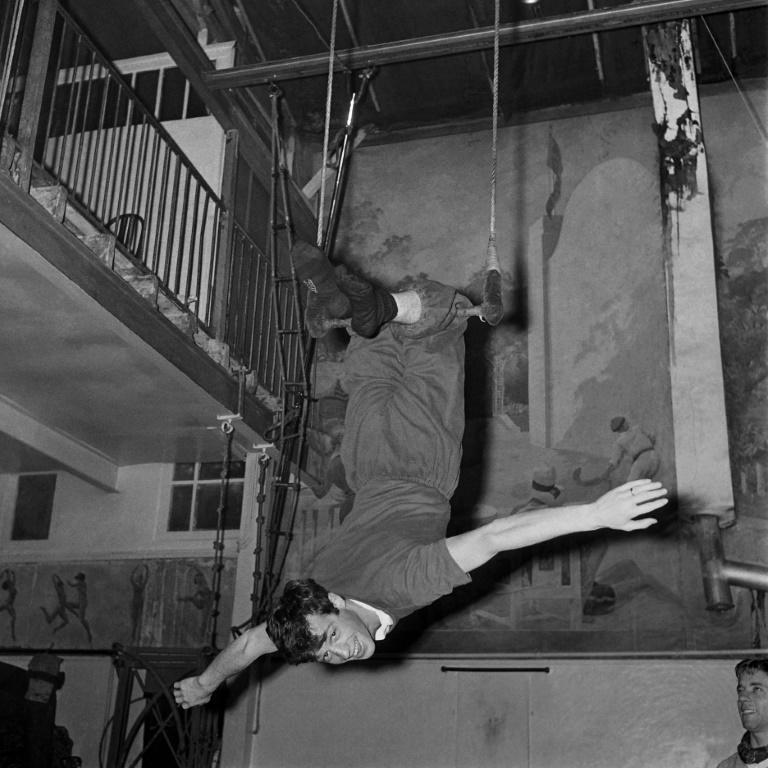 Actor Jean-Paul Belmondo trains in 1961 for a flying trapeze performance (AFP/-)